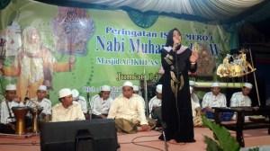 Ustadzah Kharida Yogi Nomara Abrory saat memberikan ceramah agama terkait Peringatan Isro' Mi'roj