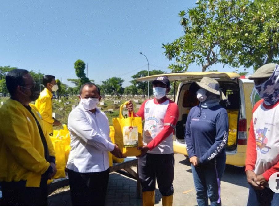 Golkar Peduli Petugas Pemakaman TPU Keputih Surabaya