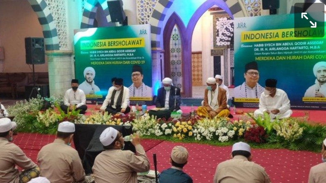 Airlangga Hartarto Hadiri Indonesia Bersholawat Bareng Habib Syech dan Para Kiai