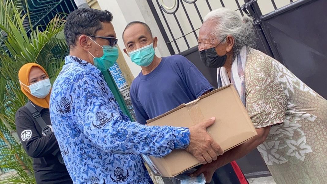 Semua Elemen Bergerak Bersama Bagikan Sembako ke Warga Surabaya