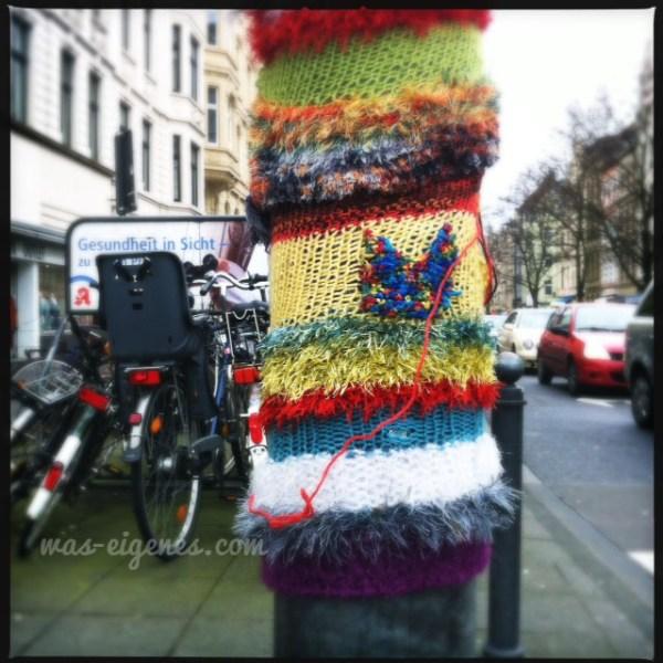 Yarn bombing - Köln Agnesviertel - umhäkelte und umstrickte Laternenmäste | waseigenes.com