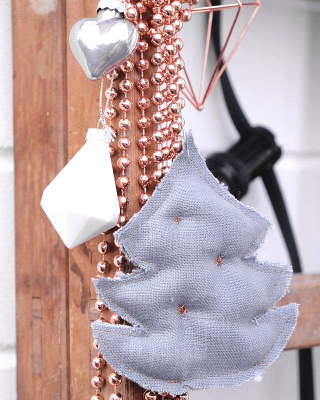 Weihnachtsdeko: weiss, grau und kupfer   selbst genähte Weihnachtsbäume aus grauem Leinen und Kupfergarn   waseigenes.com DIY Blog