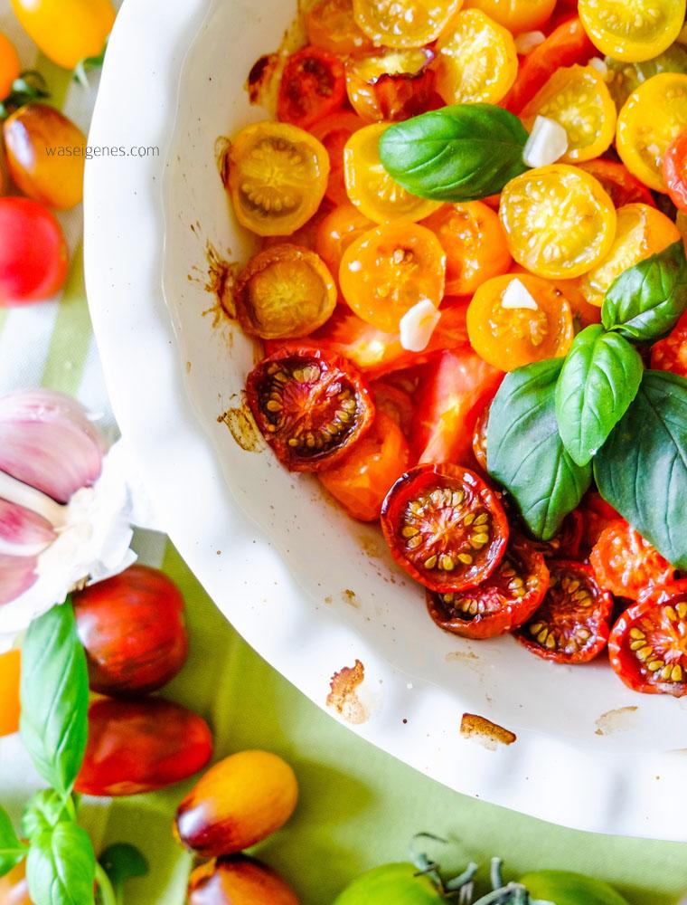 Lauwarmer Tomatensalat mit selbst gemachtem Basilikum Frischkäse | waseigenes.com