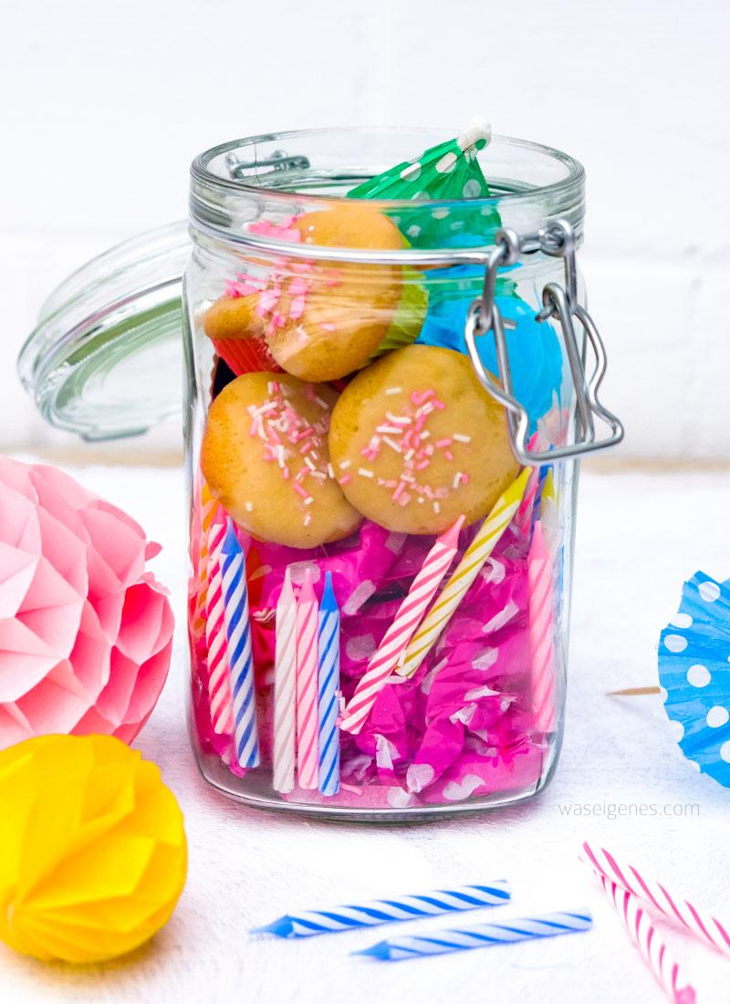 Geburtstag im Glas | Geschenkidee im Glas | Eine kleine DIY Idee zum Überreichen von Gutscheinen | Bestückt mit Geburtstagskerzen, Luftschlangen, mini Muffins | waseigenes.com DIY Blog