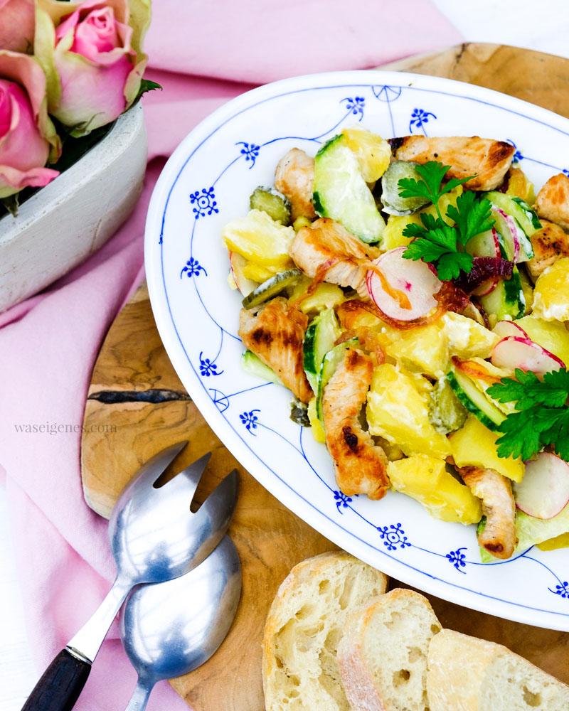 Nach diesem Kartoffelsalat mit karamellisierten Zwiebeln, Salat- und Gewürzgurken, Radieschen und Putenbrust werdet Ihr Euch die Finger lecken.