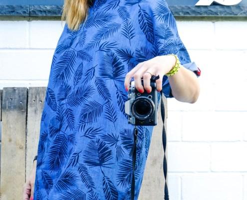 DIY Denim Sommerkleid mit Palmenprint und roter Paspel | waseigenes.com