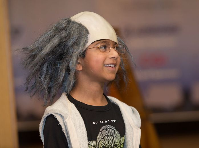 Attendee dons Ben Franklin wig and glasses