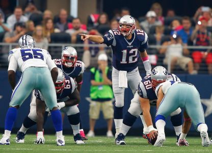 Tom Brady calls a play during a 2015 game against the Cowboys.  (Mike Stone/Getty Images)