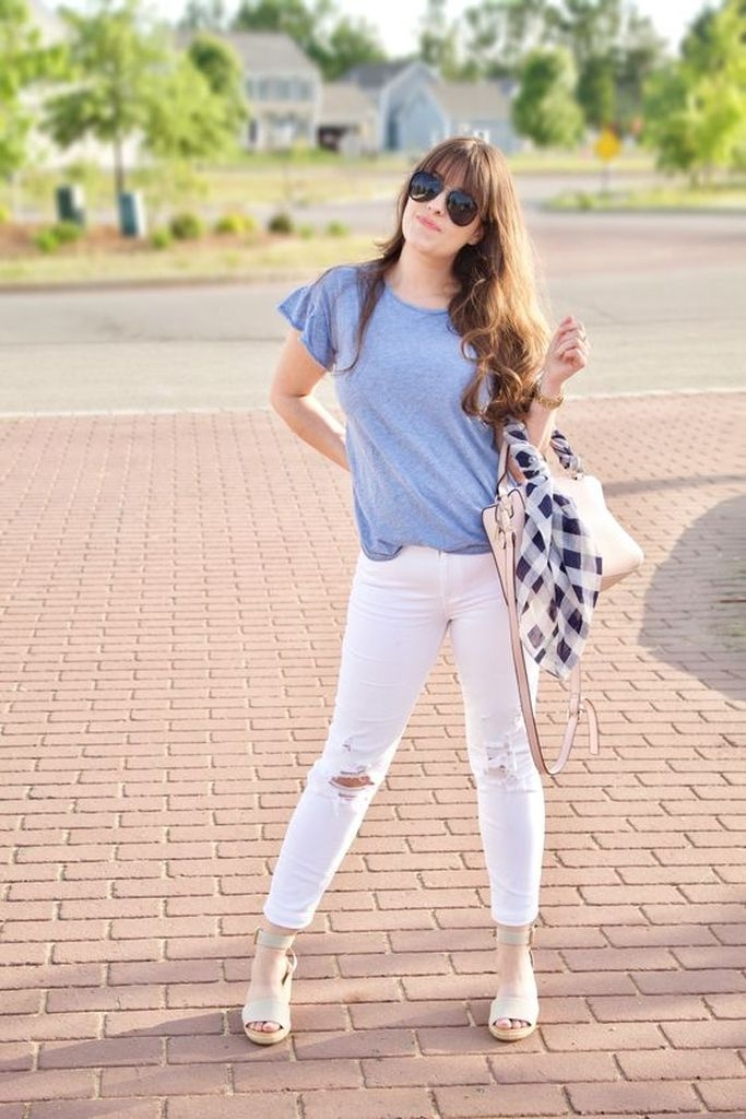 Spring outfit with blue sky t-shirt and white ripped jeans