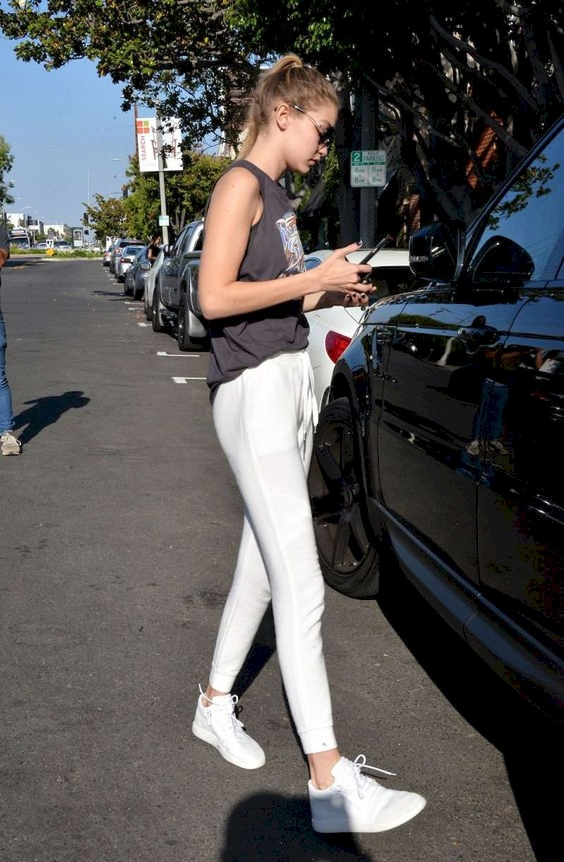 Sporty outfits for school with white jogger pant