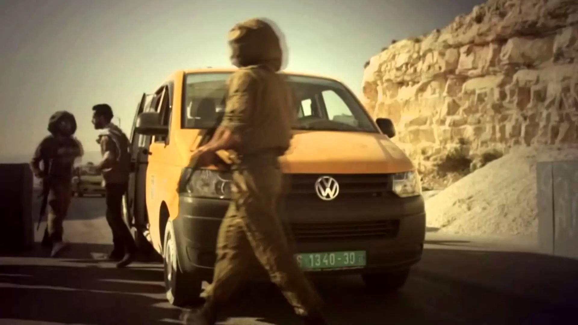 """فيديو.. الفنان الأردني """"متعب الصقار"""" يهدي الفلسطينيين أغنية تثير ضجة لدعوتهم إلى الطعن والقتل"""