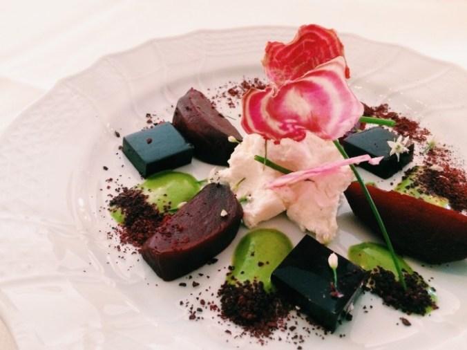 Lekker eten in Groningen: het voorgerecht bij Piloersemaborg met gerookte rode biet met geitenwrongel, saus van wei en kruiden en gelei van vlierbes