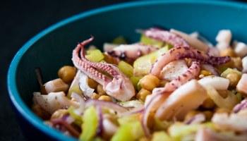 Salade van inktvis, selderij en kikkererwten