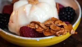 Blanc mange met frambozen en gecarameliseerde amandelen