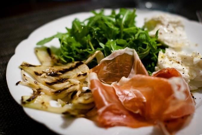 antipasi: ham, geroosterde venkel, burrata en salade