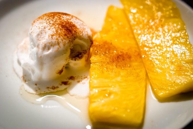 Gebakken ananas en kokosijs