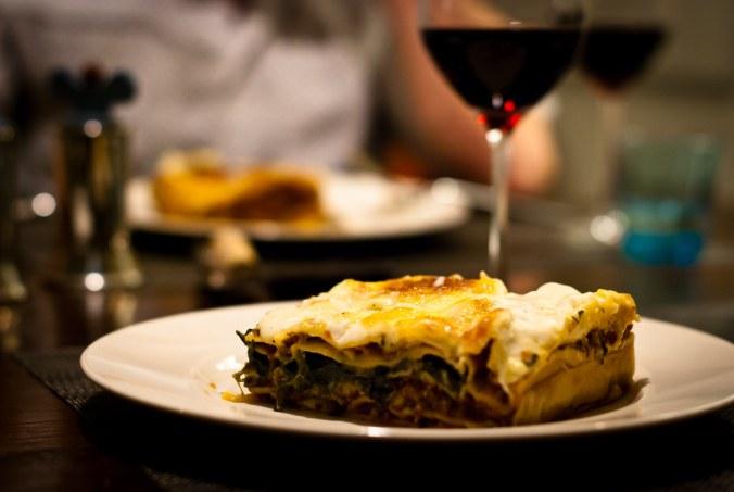 lasagne bolognese met een glas rode wijn