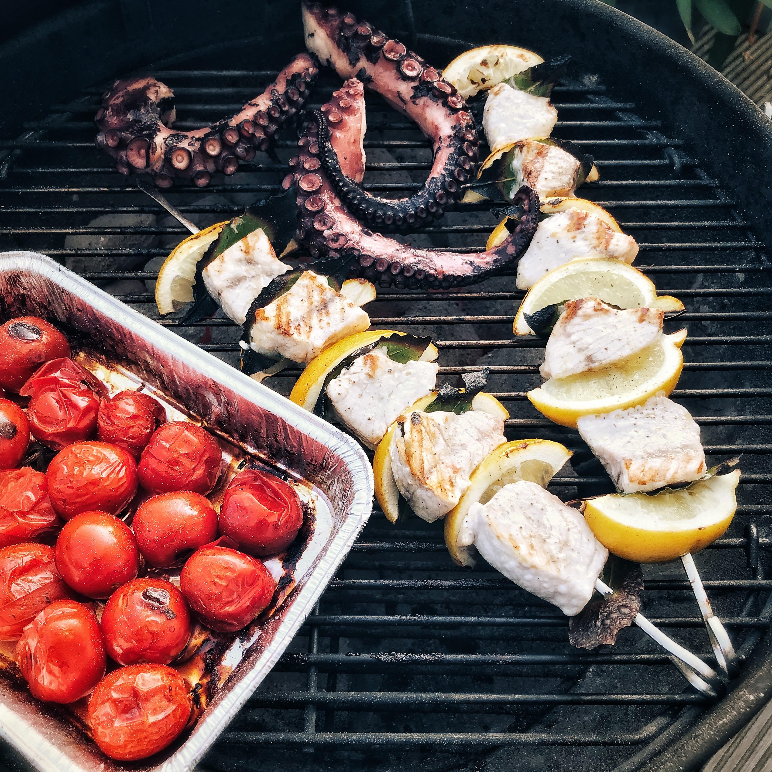 Zwaardvis en octopus op de barbecue
