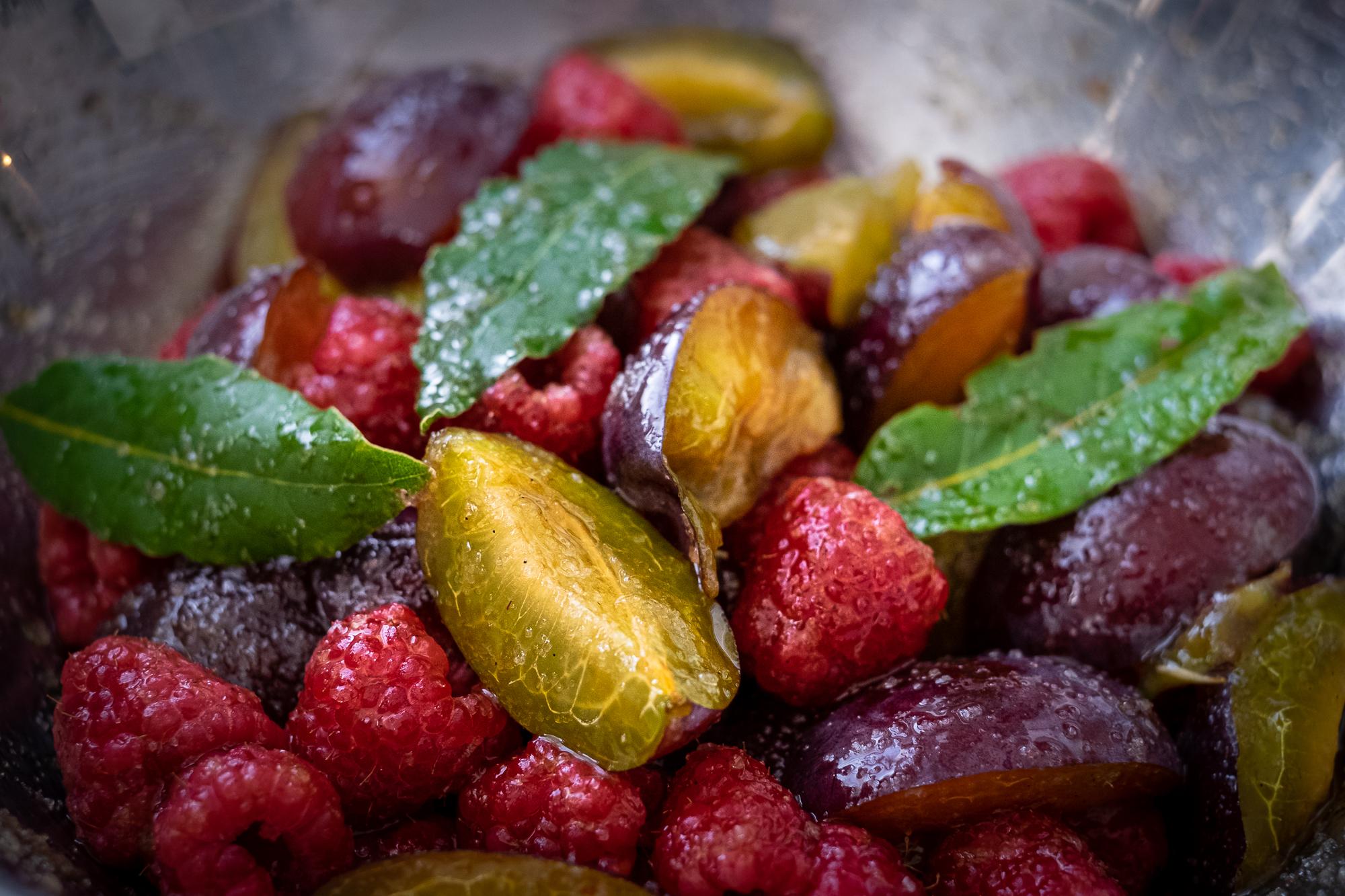 Eerst de pruimen en frambozen met laurier macereren