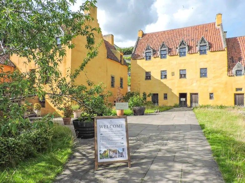 Culross Palace and Garden in the quaint village Culross in Fife served as a shooting location in the famous Outlander series and ever since is a popular stop on a road trip through Fife.