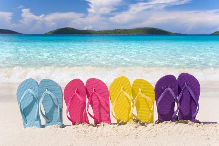 Vacances en tongues à la plage