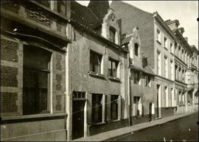 Foto van twee oudere huisjes, elk met dakkapel.
