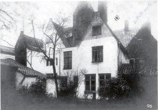 Achtergevels bij de zij-ingang van de Kruidtuin. De meeste gebouwen hoorden tot het bedrijf Roelandts, textielververij, later weverij. Beeld: Stadsarchief Gent, opname: feb 1900