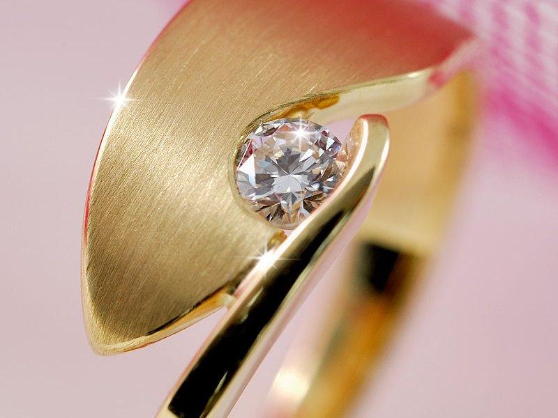 Bladvormige ring in geelgoud met diamant
