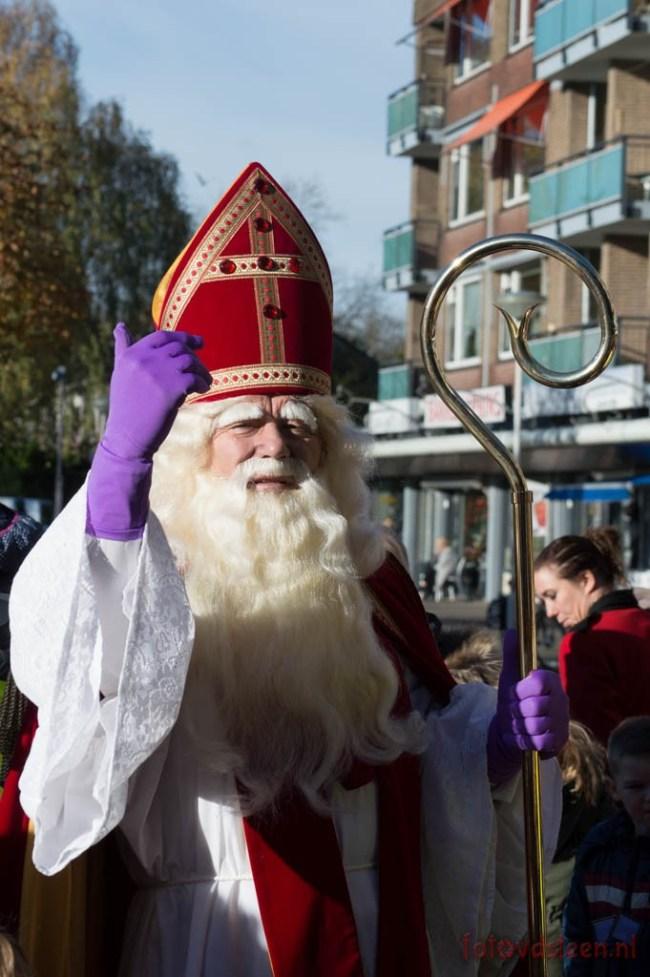 Sinterklaas zwaait bij het verlaten van het Prinsenplein