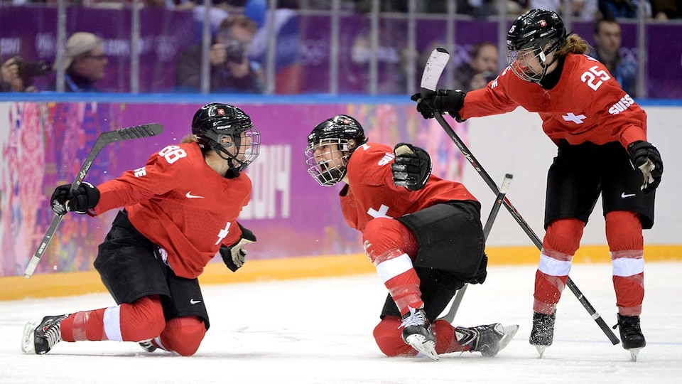 sui-womens-hockey-sochi-gettyimages-470643001_683965