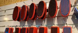 Verschillende borstels die worden gebruikt voor ski onderhoud