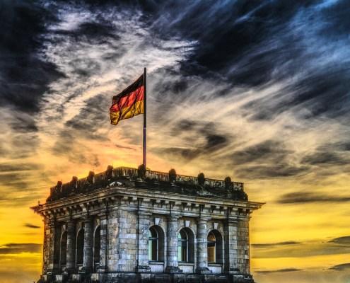 Bundestag mit Deutschlandfahne