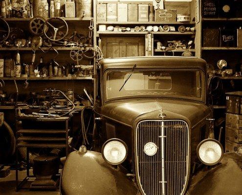 Oldtimer in einer Werkstatt