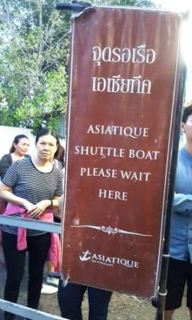 Asiatique ferry sign near the long queue