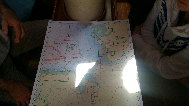 Alt img Anhand der Seekarte wurde die Route besprochen und festgelegt.
