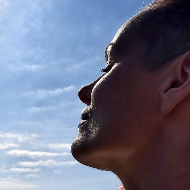 mOnA tankt Sonne - im Hintergrund der Himmel