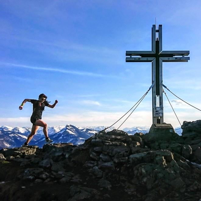 Trailrunnerin kurz vor dem Gipfelkreuz