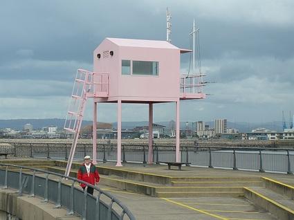 The_Pink_Hut,_Cardiff_Barrage_-_geograph.org.uk_-_960397.jpg