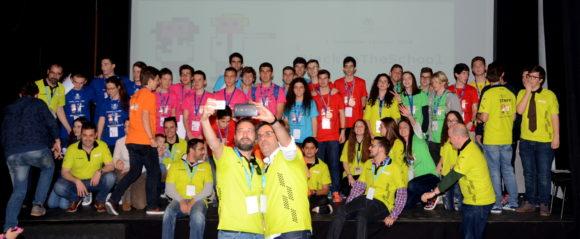 D. Fran Tejeira y D. Antonio en el selfie final de Hack in the School con todo el staff, WeAlborán y Partipantes