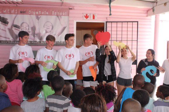 Pedro, Álvaro, Sergio y Jack en la escuela Siyakula