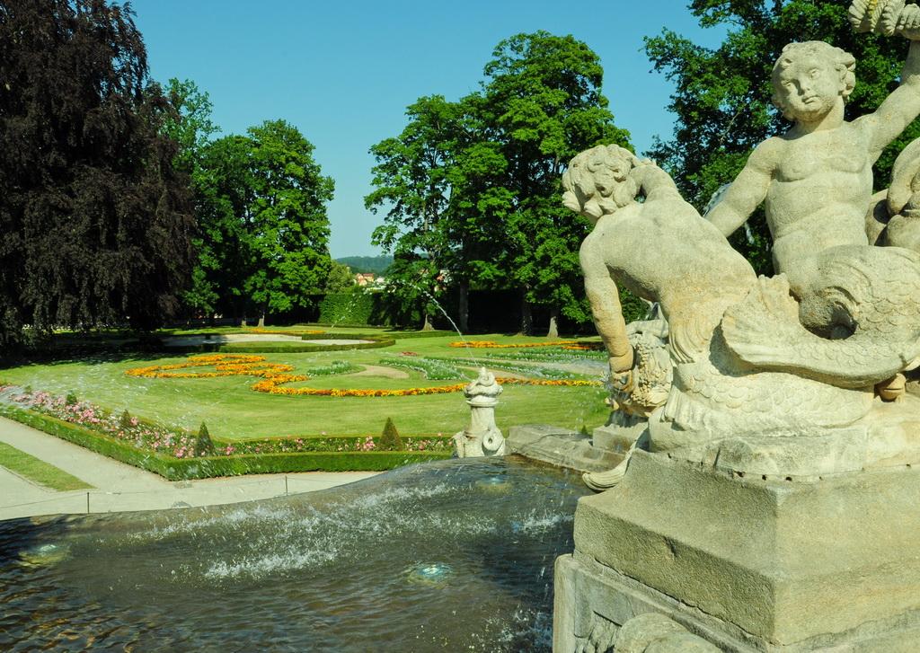 Каскадный фонтан дворцового сада