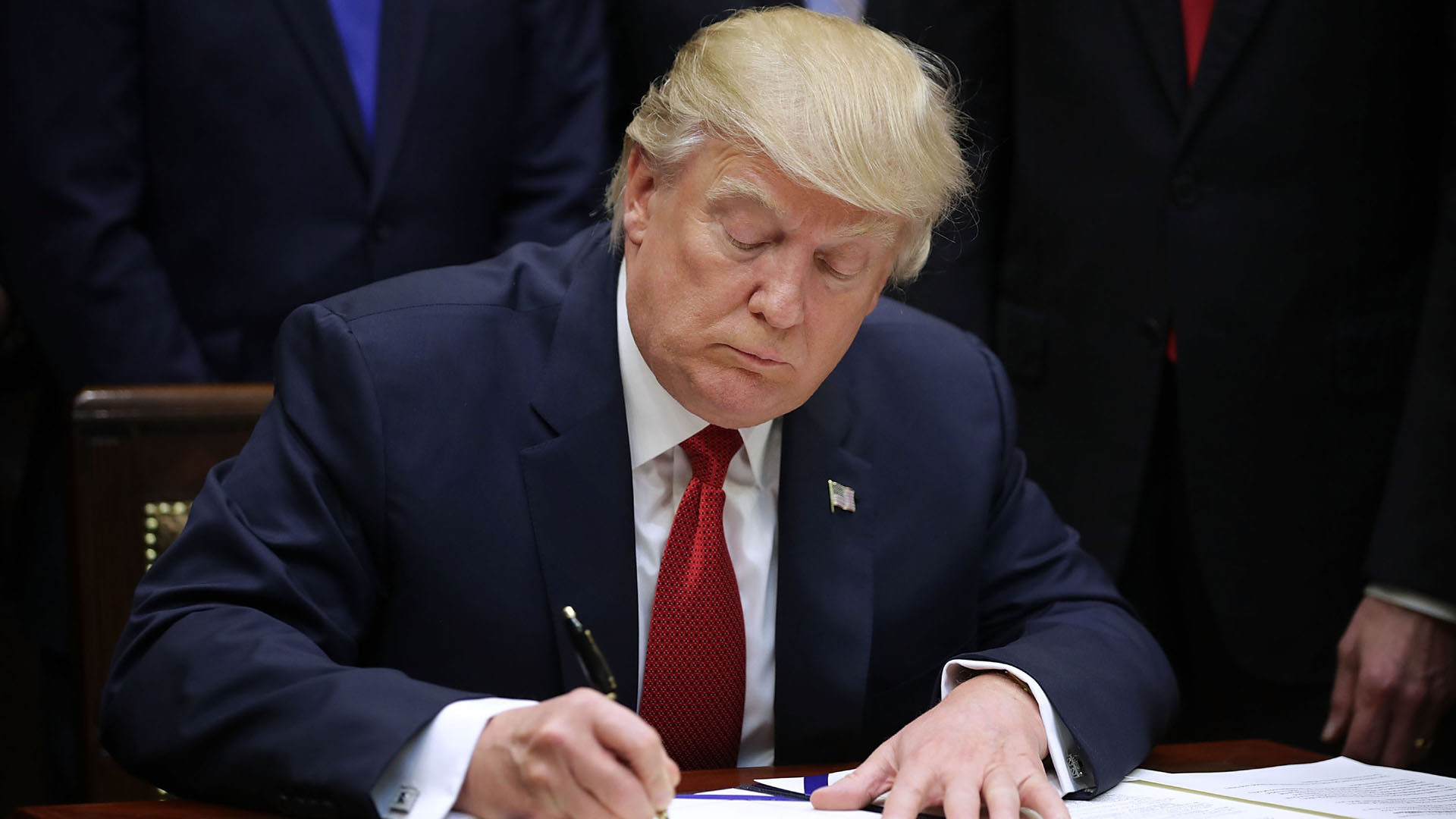 Donald Trump signing Veterans Program33612911-159532