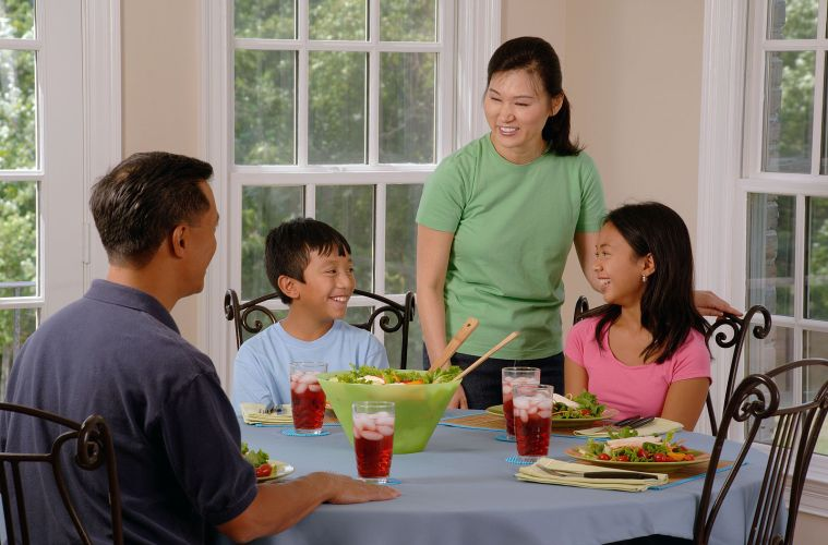 Family_eating_at_a_table_(1)