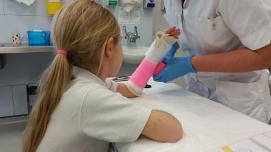 jaycee-broken-arm-pink-cast