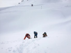 Graven in de sneeuw skigebied montafon