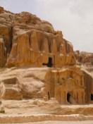 Grotten en tombes op de weg naar Petra