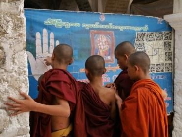 Mandalay Hill Monniken