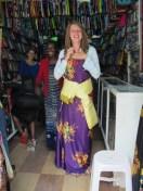 Traditioneel gekleed backpacken oeganda