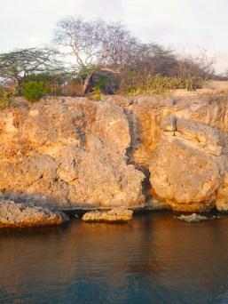 Zonsondergang op de rotsen van de kust van curacao