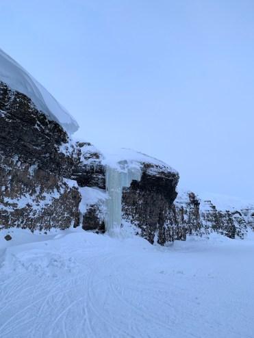 bevroren waterval in spitsbergen